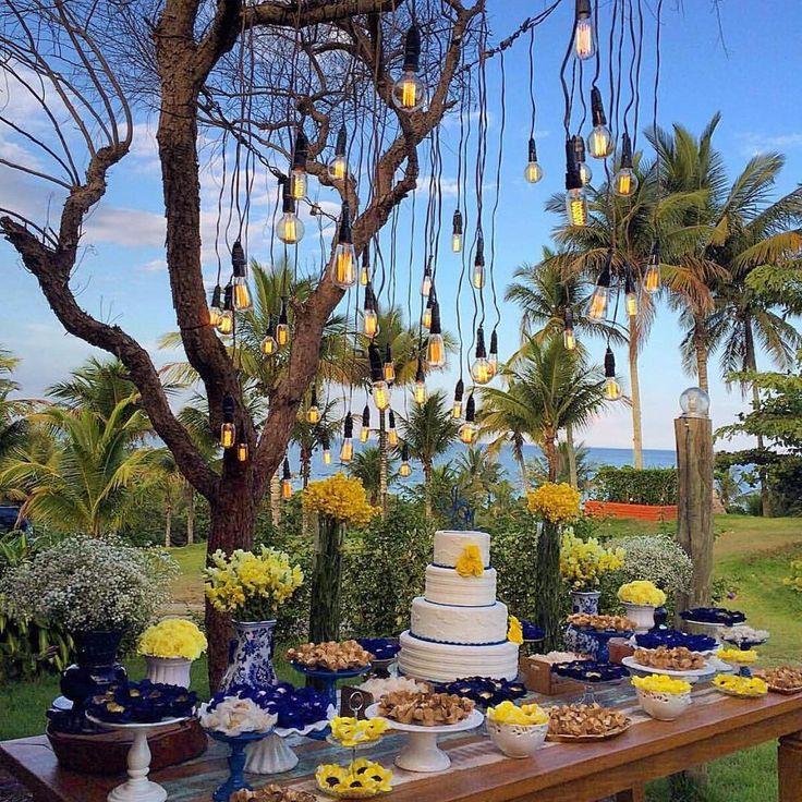 """1,252 Likes, 57 Comments - Por Jéssica Moraes (@projetonoivinha) on Instagram: """"Decoração liiiinda para um #casamentonocampo 😍😍😍 adorei essa ideia de lâmpadas suspensas e amo as…"""""""