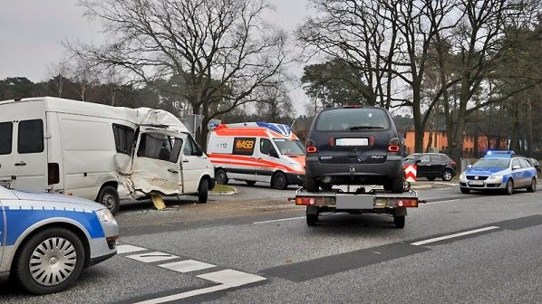 Transporter stößt mit Lkw zusammen