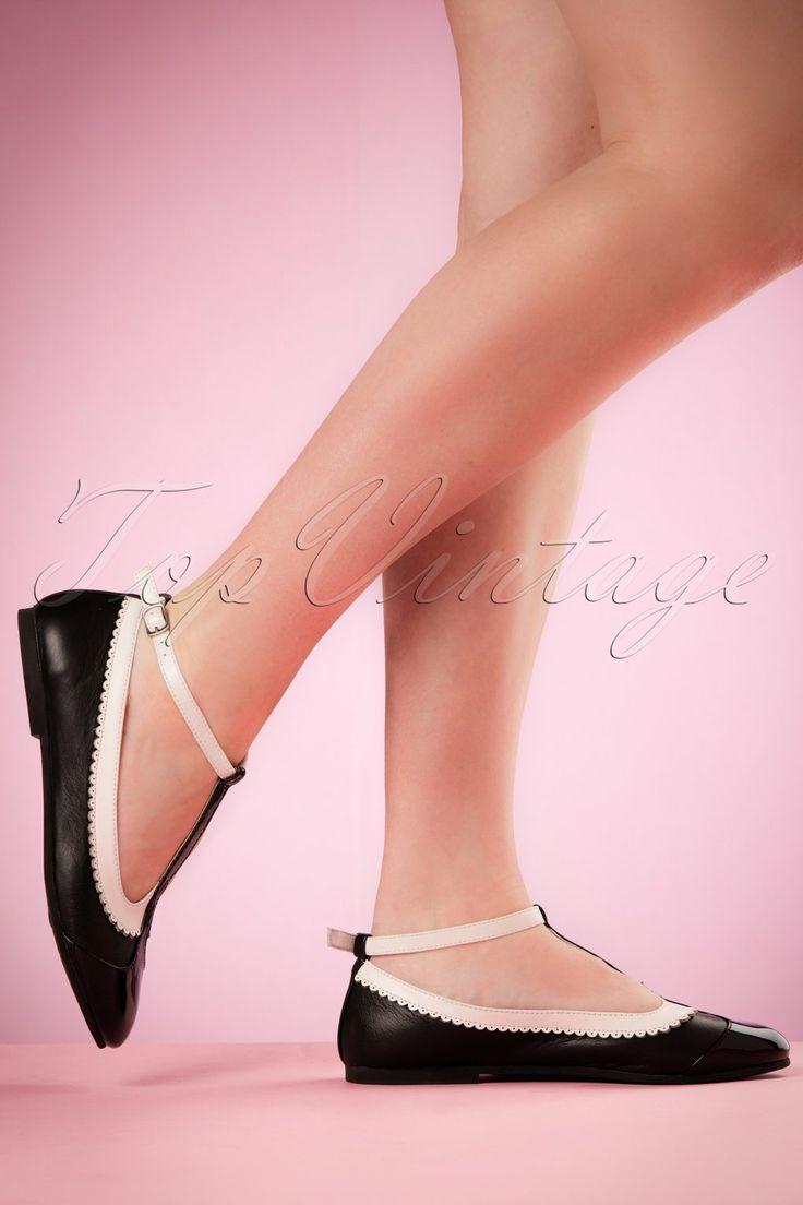 Deze 50s Rinna Leather Ballerinaszijn unieke ballerina's die je gewoon moet hebben!Wij zijn verliefd op deze schatjes met prachtige details... en jij?! Gemaakt van hoogwaardig leer in zwart en wit met geschulpte rand en lakleren neusjes die doorlopen in een speelse t-strap. Je hebt niet altijd hakken nodig om er prachtig en stralend uit te zien! ;-)   T-strap Verstelbaar enkelbandje Zilverkleurig gespje Rond neusje Comfortabel lederen voet...