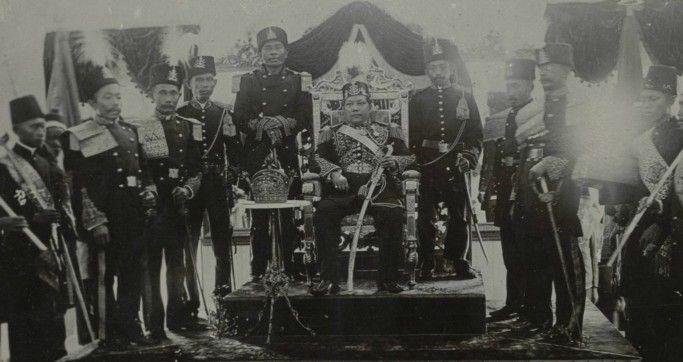 Sultan Sjarif Kasim Abdul Djalil Saifoedin van Siak op zijn troon en enkele hoogwaardigheidsbekleders te Siak Sri Indrapoera_ Circa 1910