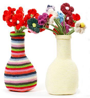 Vaas gehaakt van polyester met twaalf katoenen bloemen, verkrijgbaar in multi-colour en crèmewit, van Anne-Claire Petit.
