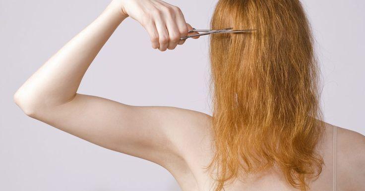 Cómo cortar tu cabello en capas en forma de V. No siempre tienes que esperar a que tu peluquero esté disponible para cortar tu cabello. Cuando sabes cómo cortártelo tú misma, puedes hacerlo en la comodidad de tu hogar y sin demoras. Un corte en capas en forma de V es ideal para la persona que quiere un estilo en capas, y un estilo que añada volumen y dimensión al cabello. La clave para lograr ...