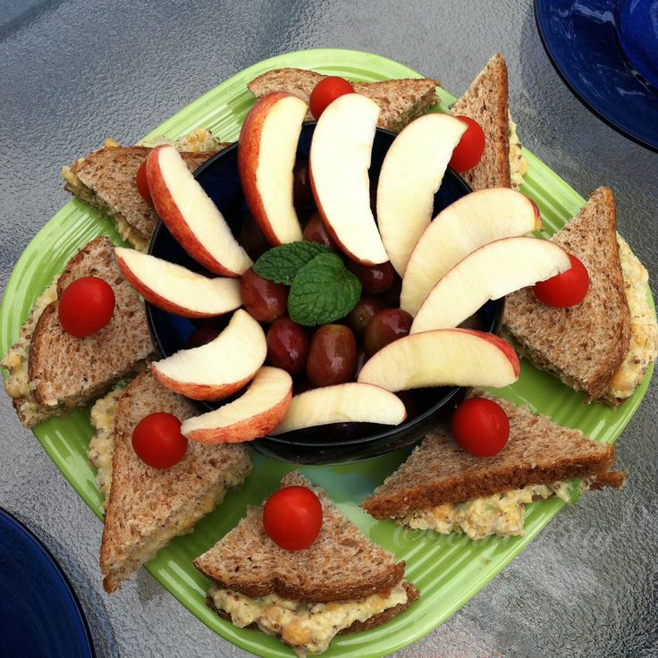 Vegan Eggless Salad Sandwiches with apples, grapes and tomatoes. #vegan #sandwich #egg #salad