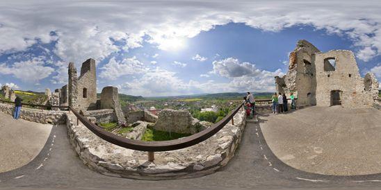 Panoráma Výhľad na Beckov, Beckovský hrad, Beckov, Slovensko. Podľa povesti dal hrad postaviť šľachtic Stibor zo Stiboríc pre svojho