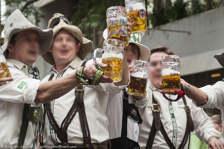 Além da tradicional Oktoberfest, Blumenau também sedia o Festival Brasileiro da Cerveja em março e a região tem festa o ano inteiro. Saiba mais >>> http://www.guiaviagensbrasil.com/blog/blumenau-a-tradicao-das-cervejas-o-ano-todo/