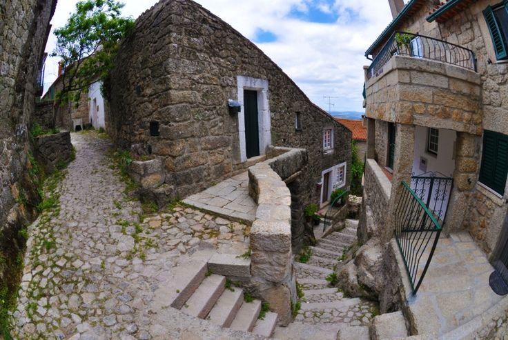 Каменные домики в Монсанто. Португалия. Фото