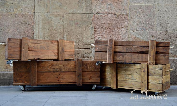 Maceteros hechos a medida para cadena de peluquerías. Maderas macizas recuperadas y envejecidas, se le han añadido ruedas y tiradores de cuerda de sisal, logo estarcido. La Lleonera. Taller de restauración, decoración, creación y recuperación de mobiliario. Carrer del Lleó 1. Barcelona. lalleonera.es