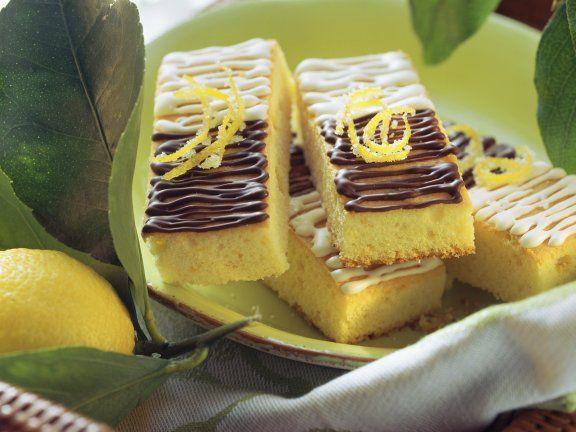 Zitronenschnitten mit Schokoglasur ist ein Rezept mit frischen Zutaten aus der Kategorie Blechkuchen. Probieren Sie dieses und weitere Rezepte von EAT SMARTER!