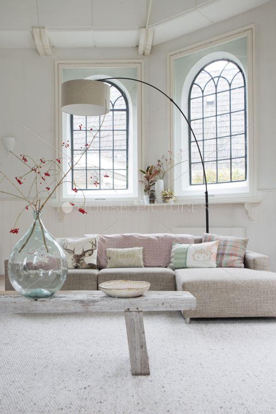 Wauw wauw! Net een kapelletje ofzo. Supermooi! Die lamp + vaas + pastel sofa <3. En het schattige tafeltje! Aah!