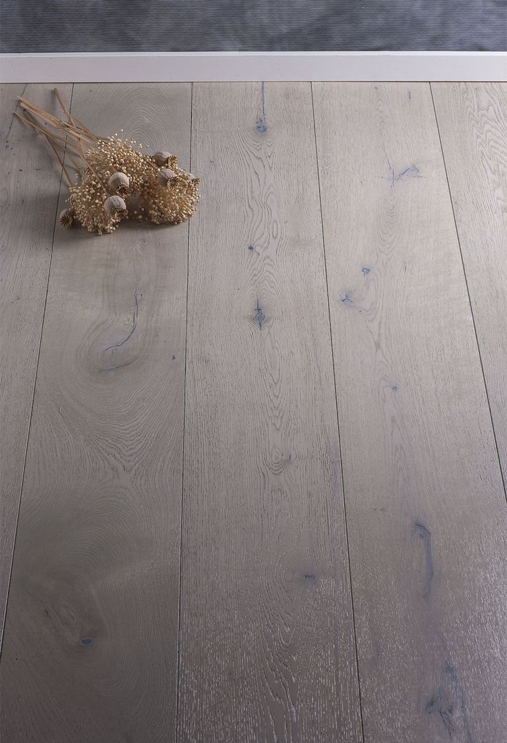 Pavimento in legno di rovere prefinito, oliato naturale di colore grigio, invecchiato, affumicato e spazzolato. Presenza di nodi e stuccature evidenti. Rovere Fumè grigio Hometrèschic.