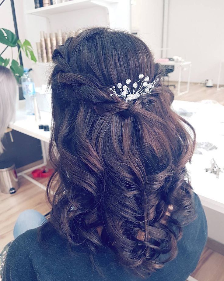 Przepis na udana fryzurę slubna? Dużo włosów delikatna plecionka i coś blyszczacego  Lubię taki naturalny look a Wy? #weddinghair #weddinglook #wedding #bride #hairstyle #hairideas #curlyhair #art #fashion #style #cute #beautiful #brunette #polishgirl #model #lovehair #myjob #mylife #hairstylist #fryzuraslubna #dziewczyna #brunetka #slub