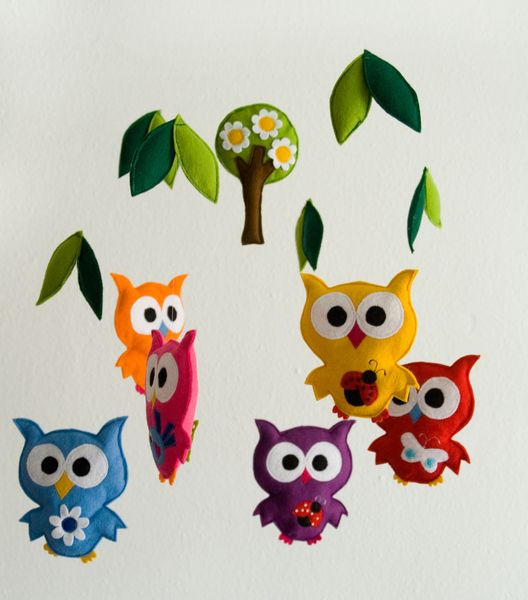 Owl wooden mobile     Wunderschönes und sehr aufwändig gestaltetes Mobile aus Holz mit 6 bunten Eulen und 12 Blättern und einem Baum.  Dieses wunderbare Mobile ist ein