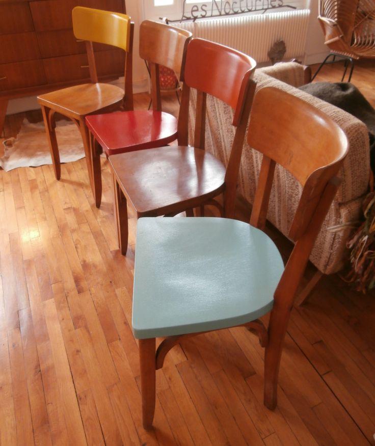 chaises bistrot assises colorées.