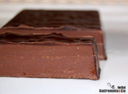 Hoy volvemos con un turrón para los más golosos, la receta de Turrón de trufa al whisky, muy fácil de hacer y con la que agasajar a tus comensales junto a los turrones caseros que ya hemos elaborado, como el turrón de almendras duro, el turrón de chocolate crujiente o el turrón de chocolate y nueces.La receta de Turrón de trufa tiene tres procesos, pues una capa crujiente de chocolate cubre la trufa que resulta tierna y suave al paladar. Así pues, como hay que ir dejando enfriar y endurecer…