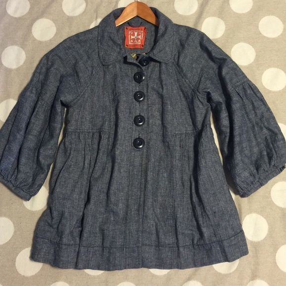 Free People chambray linen jacket You're looking at a gently used Free People coat in size Medium.  Cute, oversize blue buttons button down to the waist. Billowy, bubble sleeves hit just past the elbow. Fully lined. Has a cute baby doll style to it. Unique and adorable!! offers bundles for discounts PayPal trades Free People Jackets & Coats