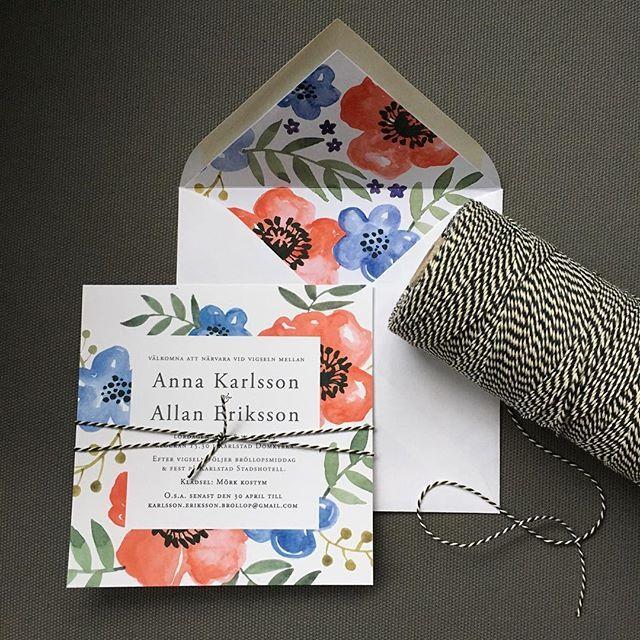 Nytt kort för dagen - Blomster akvarell. Här med fodrat kuvert och svartvitt snöre, går att få som tillval. #inbjudningskort #inbjudan #inbjudanakvarell #akvarell #illustration #bröllopsinspiration #bröllopsinbjudningar #bröllopsinbjudan
