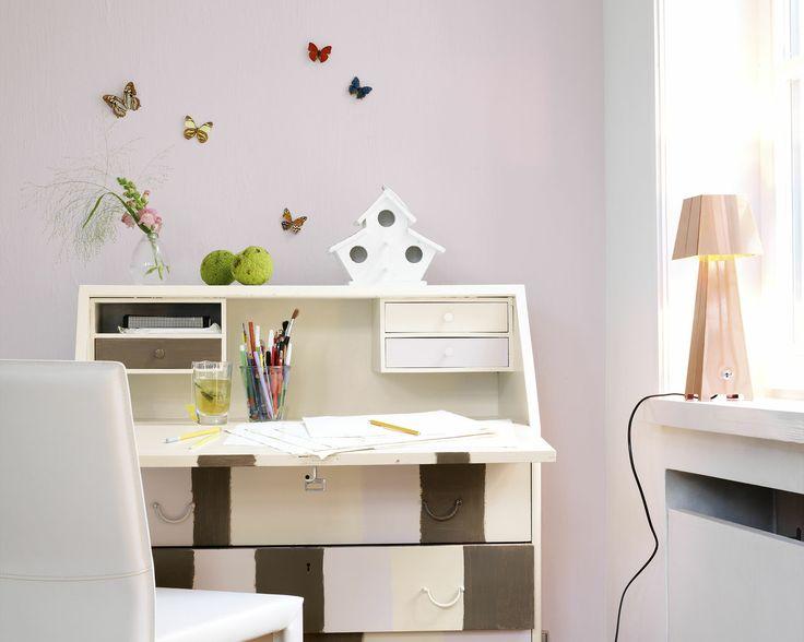 Créez un espace de travail très chou grâce au rose pâle. Devant un mur rose pâle, ce secrétaire classique a pris un coup de jeune grâce à un look crème. Les bandes de rose et de chocolat dynamisent l'espace.