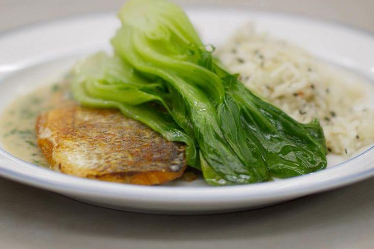'Boksoi' klinkt wellicht als Chinees in de oren, maar het is een kleine broertje van de paksoi, een Oosterse open kool met groene bladeren en witte stelen. Wie de boksoi niet op de kop kan tikken kan de groente vervangen door de grotere paksoi die in de meeste grote supermarkten te vinden is.Jeroen serveert de gestoomde groente met zeebaars. Deze verfijnde (en duurdere) vis kan je zonder probleem vervangen door filets van bv. steenbolk of wijting. Het gerecht krijgt z'n eig...