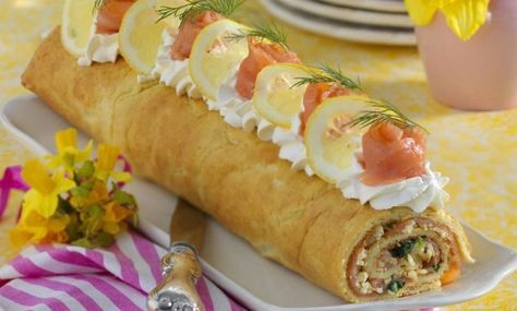 Härlig pannkaksrulle med lax, spenat och ost. Perfekt bufférätt som kan förberedas och stå svalt till serveringen.