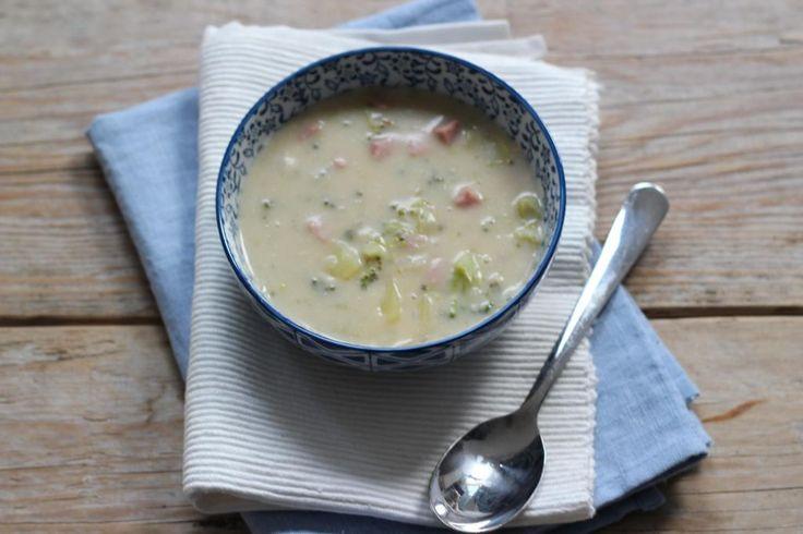 In het artikel over koken met restjes groente(n) heb je al een foto voorbij zien komen van deze aardappelsoep. En hier is dan eindelijk het recept! Het is een heel lekker soepje dat best wel goed vult