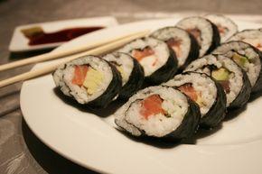 Il sushi è facile da preparare anche a casa basta solo un po' di organizzazione. Oggi vediamo come preparare ilmaki sushi con salmone e avocado,un piatto tipico nella tradizione giapponese. Il procedimento è simile a quello visto perUramaki. I maki sushi come gli uramaki si possono gustare intingendoli nella salsa... a href=http://www.hosomaki.it/maki-sushi-con-salmone/Read More /a