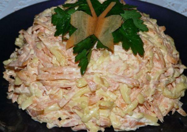 Всеми обожаемый морковный салат с сыром и чесноком http://optim1stka.ru/2017/10/29/vsemi-obozhaemyj-morkovnyj-salat-s-syrom-i-chesnokom/
