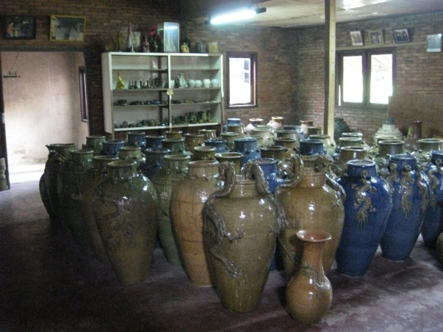 Kunjungi Desa Sakok di Singkawang, dimana kamu dapat menemukan berbagai kerajinan guci bergaya Cina. (Visit Sakok Village, Singkawang, a place where you can find various Chinese-style craft of pottery.)
