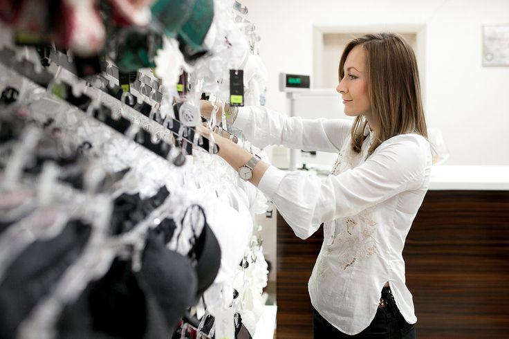 Правила выбора нижнего белья, которыми часто пренебрегают  Выбирая новое летнее платье или модный топ с открытыми плечами, не забудьте и о нижнем белье. Главное требование к белью, которое мы носим с повседневной одеждой, — невидимость, а как добиться этого эффекта — читайте далее.  Белая одежда  Многие ошибочно полагают, что раз одежда белого цвета, то и белье стоит надевать тоже белое. На самом деле белый лифчик заметен под светлыми рубашками, топами и платьями, совсем как красное или…
