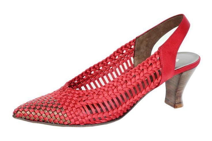 Chanel in pelle intrecciata in tessuto raso rosso e piccolo tacco per chi non rinuncia alla comodità per essere eleganti. Design e qualità Made In Italy