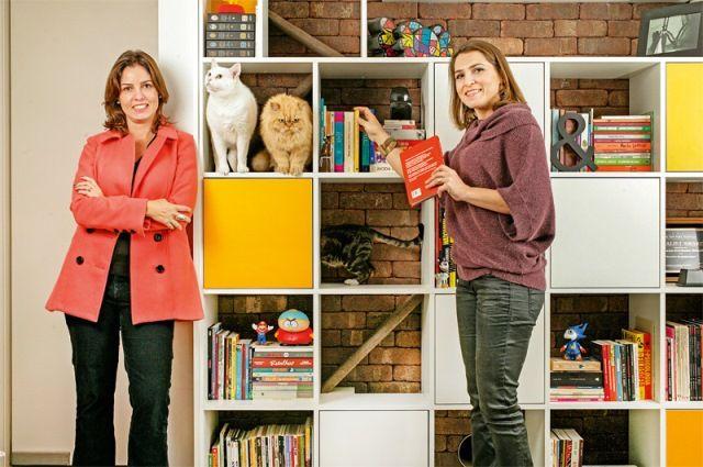 Daniella e Simone: estante pensada para os gatos (Foto: Fernando Moraes)