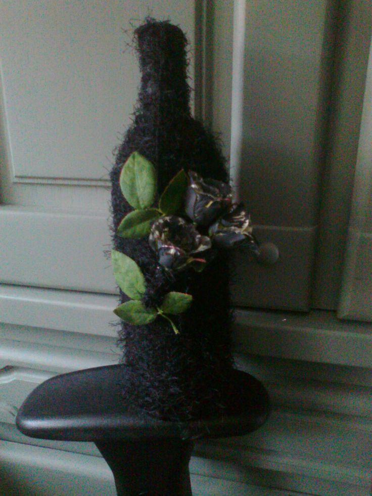 lege wijnfles omwikkelen met draad en daarop bloemen plakken