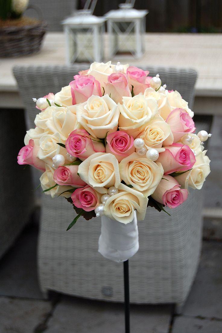 Bruidsboeket, hand gebonden. Crème witte en roze roos, parels. Handvat afgewerkt met stof van de bruidsjurk. www.meesterlijkgroen.nl