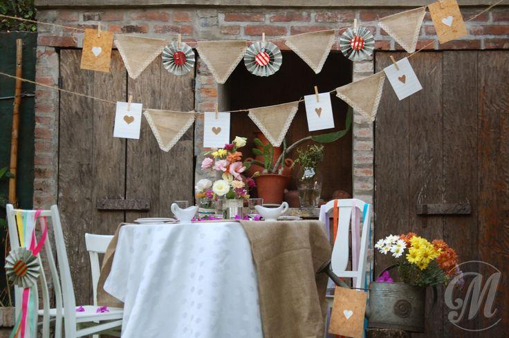 Banderines de papel, arpillera y broches madera...Love it!!!