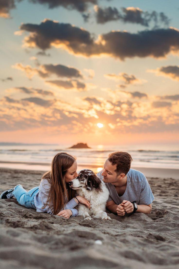 Fotos de pareja con perro en la playa | Elena S. Muñoz Fotografía | Sesión de…