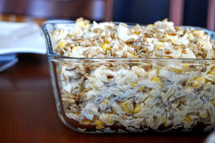 Sałatka z jajkami, makaronem, kukurydzą i prażonym słonecznikiem