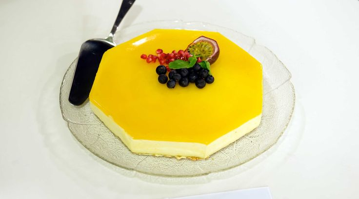 Oppskrift på en frisk og god ostekake med eksotisk pasjonsfrukt. Kaken er god både til kaffe og dessert. Husk å beregne tid til å fryse kakebunnen, og at den skal tine i kjøleskapet i ca 3 timer etter at kaken er ferdig. Kaken kan derfor med fordel lages dagen før, eller på morgenen dagen den skal serveres.