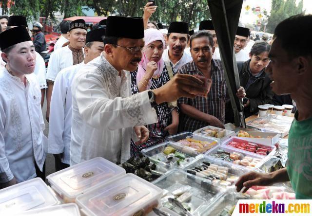Foke membeli makanan pembuka puasa (takjil) di kawasan Kelapa Dua, Jakarta.