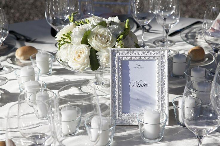 Centrotavola rose bianche, garofani bianchi e fresie bianche By il Velo e il Cilindro Wedding Planner
