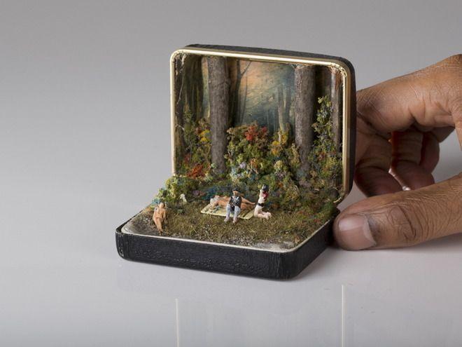 カナダ人アーティスト Talws は、ヴィンテージの指輪ケースの中にジオラマを制作するというユニークな活動を行っています。そのキャンバスはかなり制限されていますが、その中でも彼は自然や歴史的なシーン、ポップカルチャーなどを見事に閉じ込めています。ヴィンテージ