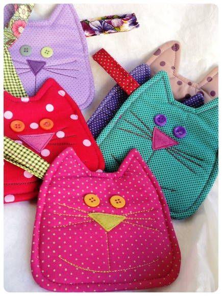 Super praticos e diertidos os moedeiros gatos podem ficar pendurados na sua bolsa, acomodar tanto moedas quanto celulares. Olhos de botão, focinho em feltro e bordado a máquina. R$ 18,00