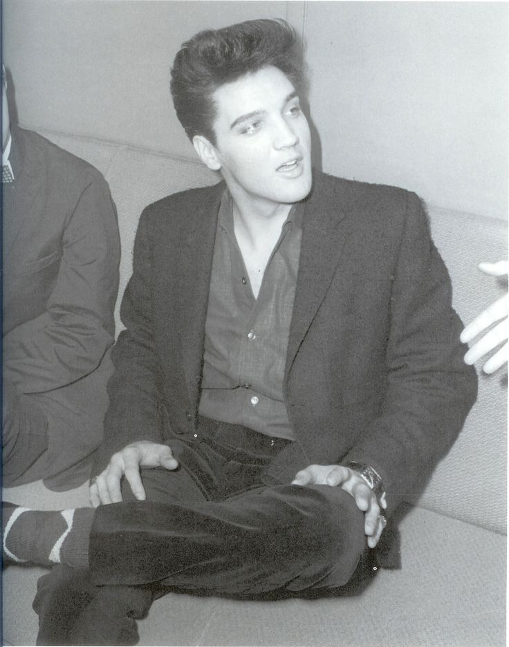 Elvis ......oh my, sooooooo young Terry: I keep getting a blue circle that spins on my screen. Elvis was in his prime then and he really shined.