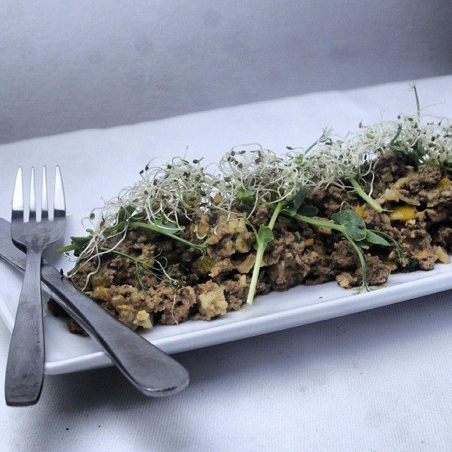 Kvälls/efter träningsmålet. Kött i mängder. Köttgryta med blomkål, paprika, kantarell, svartvitlök och alfalfagroddar. #groddar #gryta #hälsa #recept #deffrecept #köttfärs #matporr #svart vitlök #black garlic