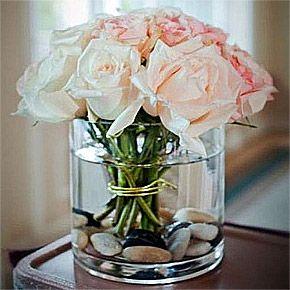 Pour habiller avec élégance vos vases, disposez de jolis galets avant de rajouter l'eau et votre bouquet : effet naturel garanti. Vase grand format disponible ici : http://www.mariage.fr/photophore-verre-cylindrique-large-centre-de-table-mariage.html