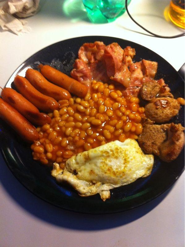 Årets första frukost/brunch. Bönor, bacon, prinskorv, ägg och lite fläskfilé. Mums.