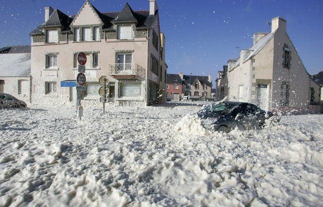 Ecume dans les rues de Saint-Guénolé, en Bretagne (ici en 2008)