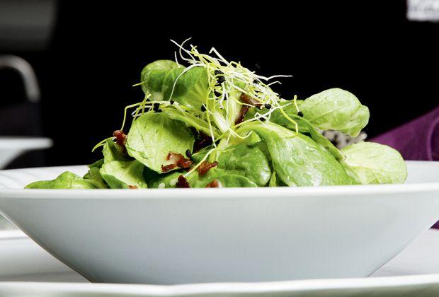 Diesem eigentlich alltäglichen Salat gibt das Kartoffeldressing einen Hauch Extravaganz. Eine leckere Abwechslung auf dem Salatteller.