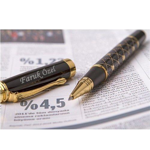 Baklava desenli oluşuyla şıklığı tartışılmayacak olan bu kaleme erkek arkadaşınızın ismini yazdırarak kalemi daha anlamlı bir hale dönüştürebilirsiniz.