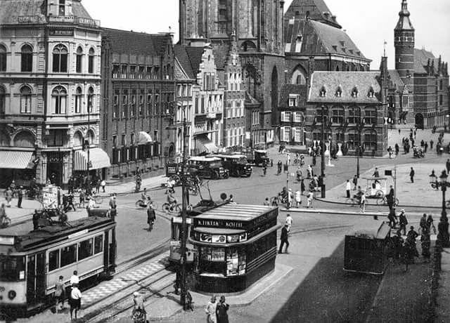 Grote Markt Groningen 1930 met op de hoek Ebbingestraat de Bijenkorf