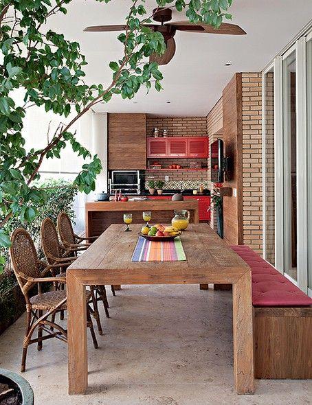 Dos 65 m² desta varanda, 27 m2 foram reservados à área gourmet. Ao desenhar o projeto, a designer de interiores Marina Linhares não se preocupou em integrá-la à sala. Pelo contrário: a ideia foi justamente deixar o espaço com cara de área externa, daí a e