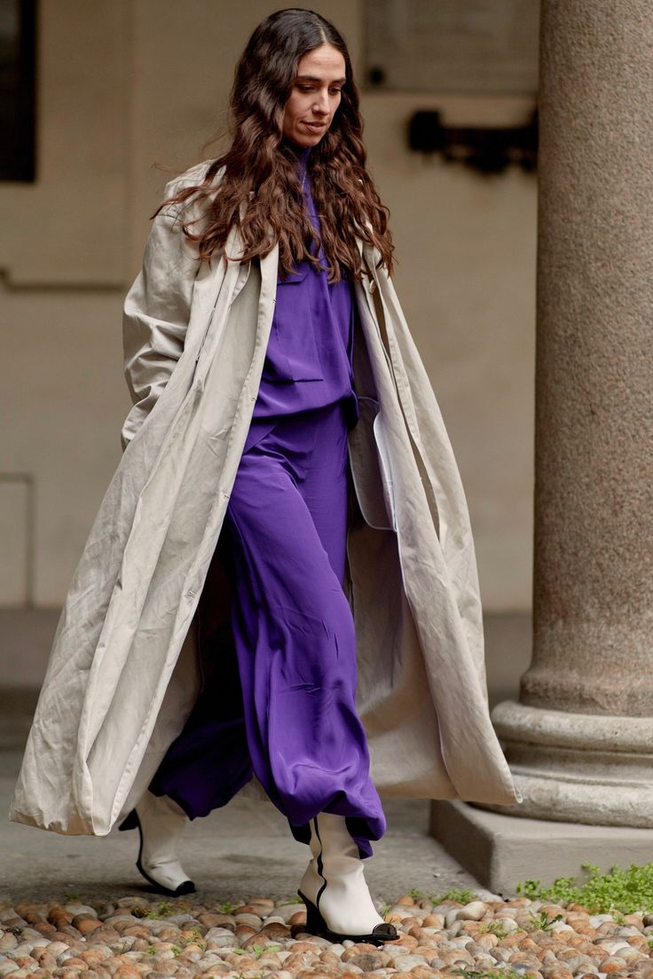 Pantone: Ultra Violett ist die Trendfarbe 2018. Wir zeigen dir die coolsten Fashiontrends in Lila #fashionweek #milano #streetstyle #fashion #color #colorful #colour   credit: imaxtree